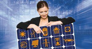 Die Dame zeigt auf das Symbol des Stromspeichers, einem wichtigen Baustein bei der Solarstromnutzung. Foto Solar Promotion GmbH