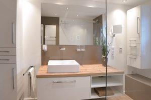 Ein guter Badprofi hat dieses neue Bad ganz nach Wunsch des Hausherrn realisiert.