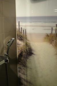 holler-krefeld-ausstellung-dusche-mit-strandmotiv